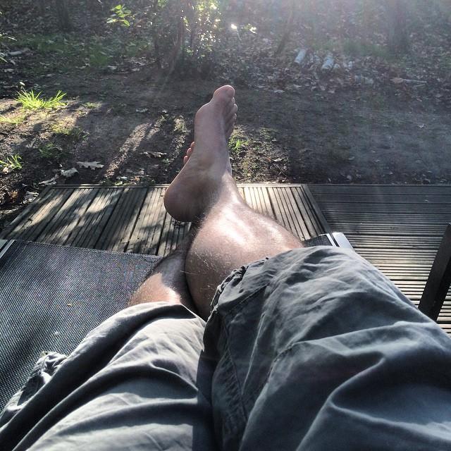 #repos #vacances #soleil #zen #pied #pieds #transat #silence #oiseaux #calme #zenitude #douceur