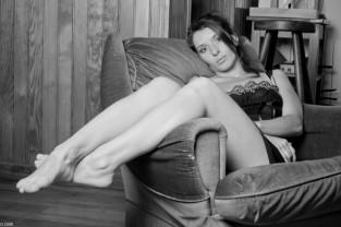 Canapé Nuisette Noir et Blanc jambes dénudées